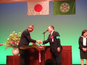 贈呈式(左:菅原気仙沼地区防連会長、右:井上県防連会長)