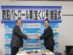贈呈式(左:井上県防連会長、右:小山川崎町防犯協会長)